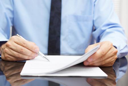 Photo pour businessman is checking final price in contract - image libre de droit