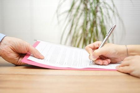 Foto de boss gives employee dismissal contract to sign - Imagen libre de derechos