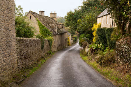 Photo pour Narrow lane in vilalge of Minster Lovell in Cotswolds with stone cottages - image libre de droit