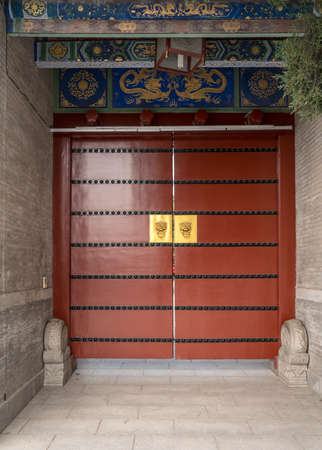 Photo pour Solid wooden door at entrance to Big Wild Goose Pagoda in Xian, China - image libre de droit