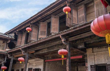 Photo pour Traditional chinese lanterns decorate Tulou at Unesco heritage site near Xiamen - image libre de droit