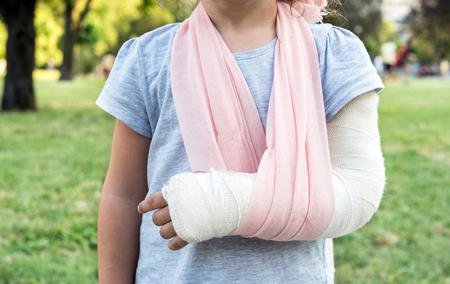 Foto de Little kid with broken hand and cast,selective focus - Imagen libre de derechos