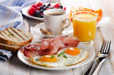 Photo pour Coffee cup, Two  eggs  and bacon for healthy breakfast. - image libre de droit