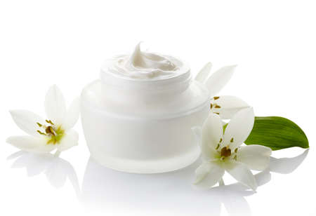 Photo pour White jar of cosmetic cream and flowers isolated on white background - image libre de droit