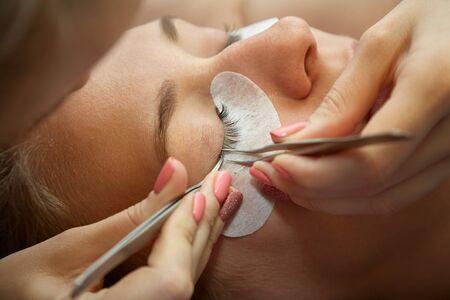 Photo pour eyelash extension procedure - image libre de droit