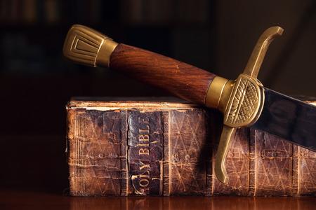 Foto de 150 Year Old Bible With Sword - Imagen libre de derechos