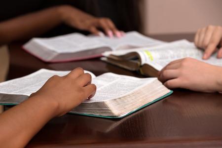 Foto de Studying the Word Of God With Friends - Imagen libre de derechos