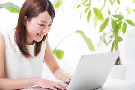 Foto de Young woman with laptop - Imagen libre de derechos