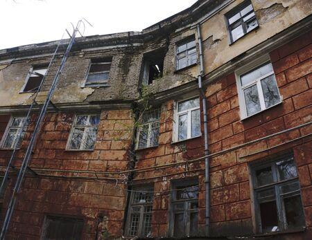 Foto de crumbling buildings large crack - Imagen libre de derechos