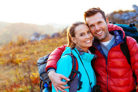 Foto de Young couple in mountains smiling - Imagen libre de derechos