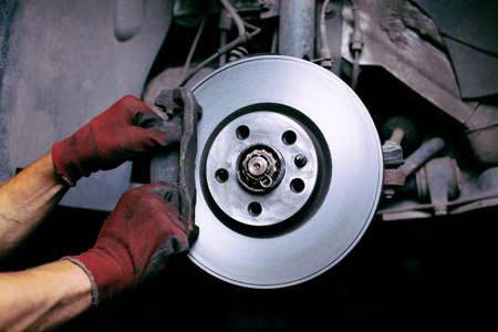 Foto de Changing brake pads - Imagen libre de derechos