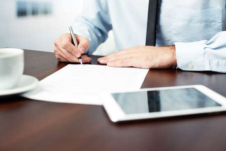 Foto per Businessman signing contract. - Immagine Royalty Free
