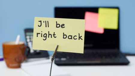 Foto de I will be right back written on a memo at the office - Imagen libre de derechos
