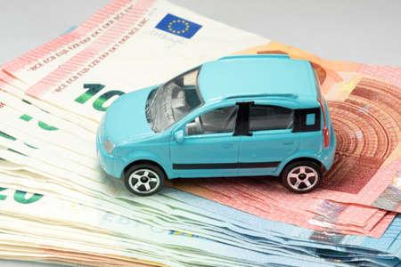 Photo pour A car and many euro banknotes - image libre de droit