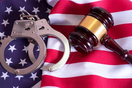 Photo pour Seducer`s hammer, handcuffs and american flag - image libre de droit