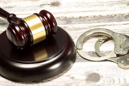 Photo pour Seducer`s hammer and handcuffs - image libre de droit