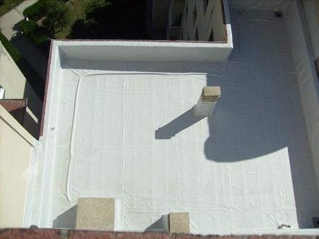 Photo pour Application of roof waterproofing - image libre de droit