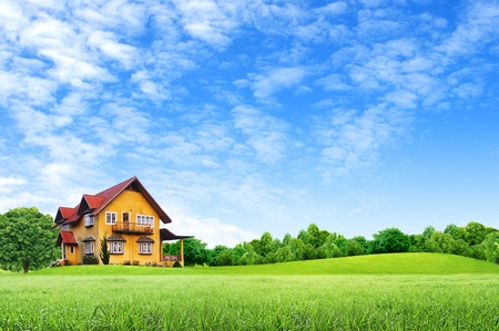 Foto de House on green field landscape with blue sky - Imagen libre de derechos