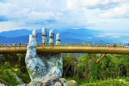 Photo pour Danang, Vietnam - JUNE, 24, 2019: The Golden Bridge in the Bana Valley, supported by a giant hand This bridge is 1,400 meters above sea level. - image libre de droit