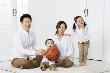 Foto de Happy Asian Family Smiling and Posing at Home - Imagen libre de derechos