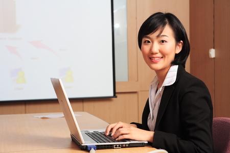 Foto de Young Asian business people at work - Imagen libre de derechos