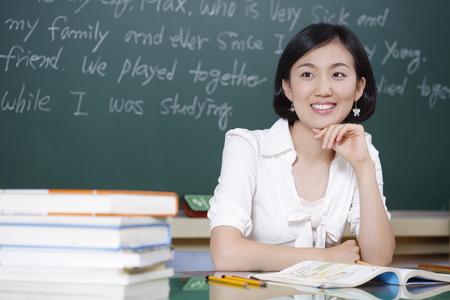Foto de A teacher posing in a high school classroom - Imagen libre de derechos