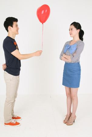 Photo pour Asian couple celebrating in studio - isolated on white - image libre de droit
