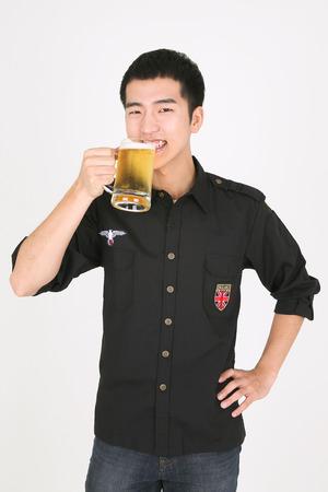 Photo pour A male bartender holding a glass of beer - image libre de droit