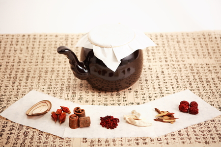 Foto de Close up shot of ingredients of Korean traditional medicine and a pot - Imagen libre de derechos