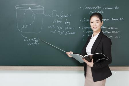 Foto de Asian female teacher teaching a class - Imagen libre de derechos