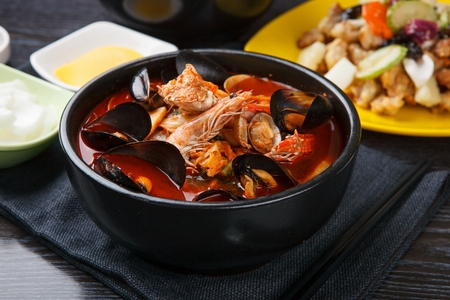 Photo pour Chinese style noodles with vegetables and spicy soup and seafood, Seafood Jjambbong - image libre de droit