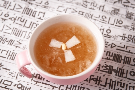 Photo pour Hot pear tea in mug cup - image libre de droit