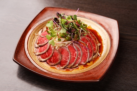 Photo pour beef sashimi with thinly sliced onion - image libre de droit