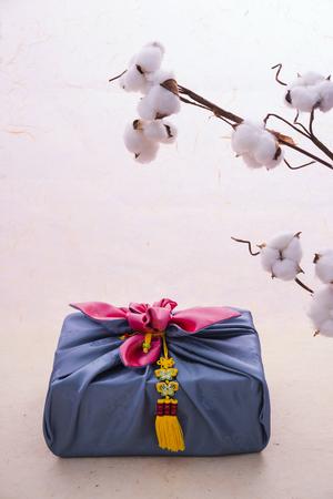 Foto de Korean traditional wrapping cloth, refreshments and greeting card - Imagen libre de derechos