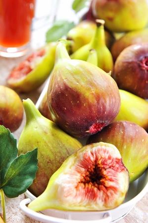 Photo pour sliced and whole fig fruits - image libre de droit