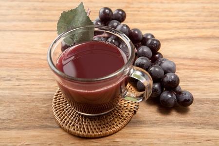 Photo pour fresh grape juice and bunch of grape - image libre de droit