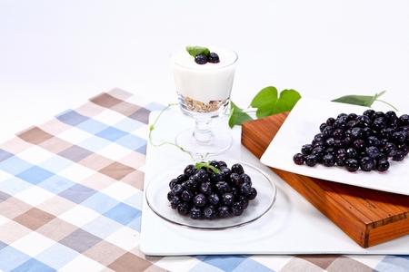 Photo pour blueberries on plates and blueberry yoghurt - image libre de droit