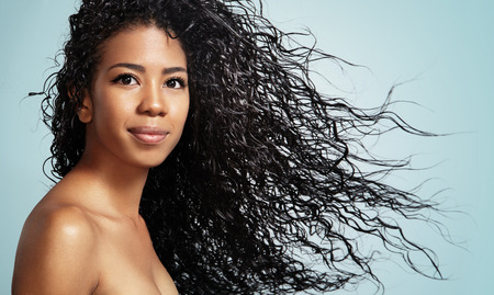 Photo pour black woman with curly hair looking at camera - image libre de droit