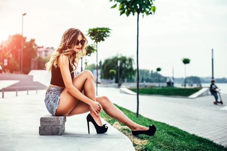Photo pour Pretty girl in high heels in the park - image libre de droit