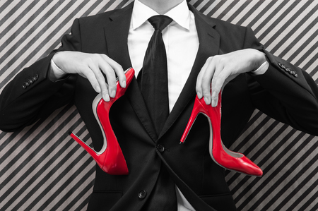 Photo pour Businessman to have a red high heels - image libre de droit
