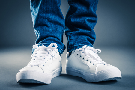 Photo pour Men wearing sneakers - image libre de droit