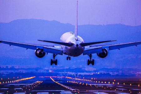 Foto de Passenger airplane landing - Imagen libre de derechos