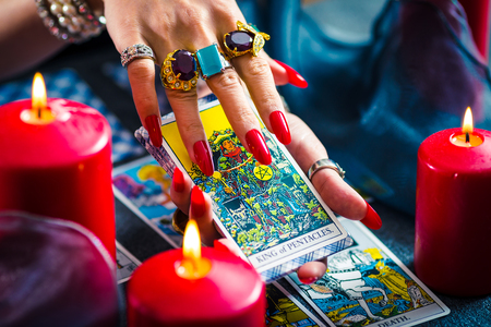 Foto de Female tarot cards fortune telling - Imagen libre de derechos
