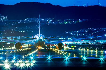 Foto de Passenger airplane landing in night - Imagen libre de derechos