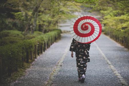 Foto de Kimono women and umbrellas at Kyoto Japan - Imagen libre de derechos