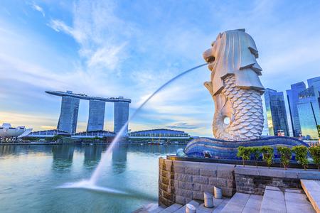 Foto de SINGAPORE, May 16,2018 : Merlion Park and financial district buildings in Singapore. - Imagen libre de derechos