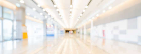 Photo pour Blurred bokeh panoramic banner background of exhibition hall or convention center hallway. Business trade show event, modern interior architecture, or commercial tradeshow conference seminar concept - image libre de droit