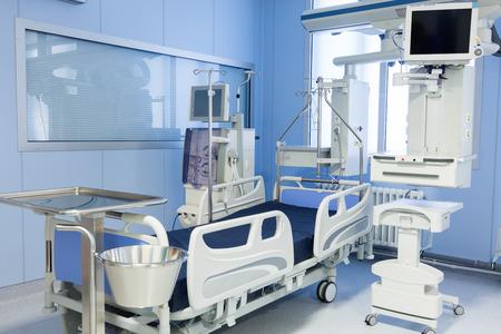 Foto de Intensive care unit with dialysis device in clinic. - Imagen libre de derechos