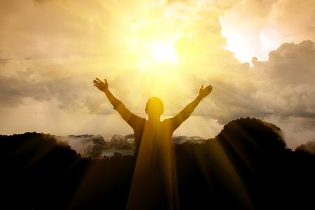 Photo pour The man thank God on the mountain. - image libre de droit