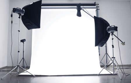 Foto de Empty photo studio with  lighting equipment - Imagen libre de derechos
